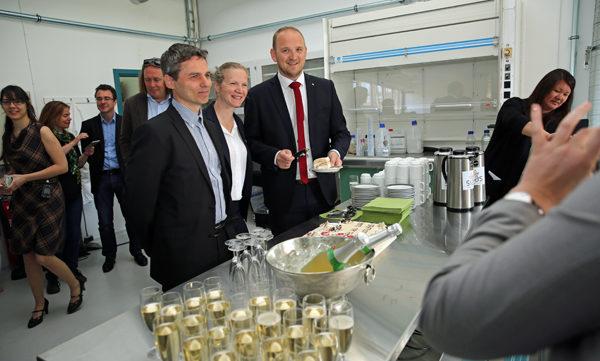 Svein Jarle Horn, professor, og Mari Sundli Tveit, rektor ved NMBU, feiret nyheten om at universitetet fremdeles skal ha en ledende rolle innen forskning på bioenergi sammen med landbruks- og matminister Jon Georg Dale.