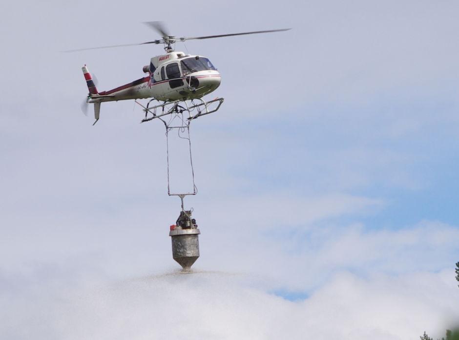 Gjødsling med helikopter. Foto: Atle Veddegjerde, Viken Skog.