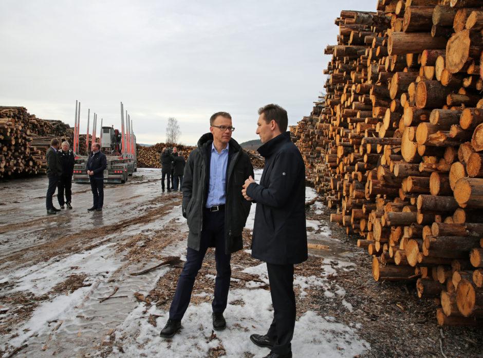 Erik Lahnstein i Norges Skogeierforbund og Roger Kormeseth i Jernbaneverket ønsker mer gods over på bane. De står sammen om en helhetlig godspakke for Innlandet og har fått NHO med på laget.