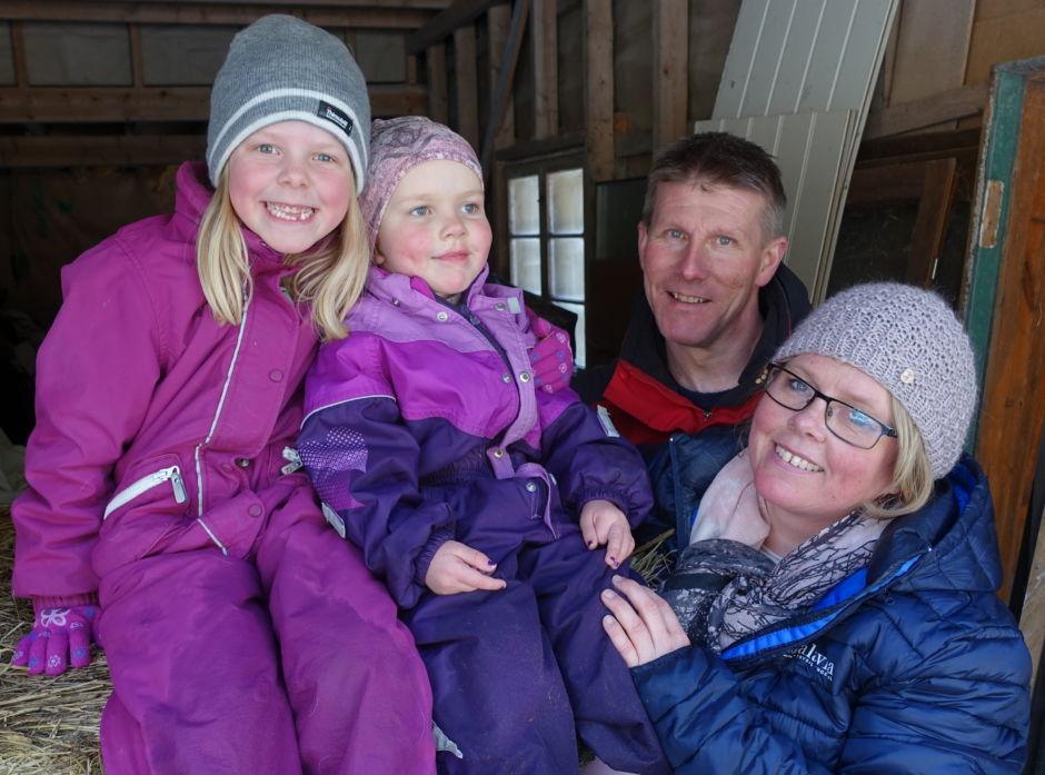 Ulvene preger hverdagslivet til Aurora (f.v.), Mathea, Ivan Nergaard (pappa) og Monika Søberg. Vi er ikke sutrete, men vi kan ikke gamble med ungene våre, sier Monika, som forsøker å ikke skremme ungene unødig.