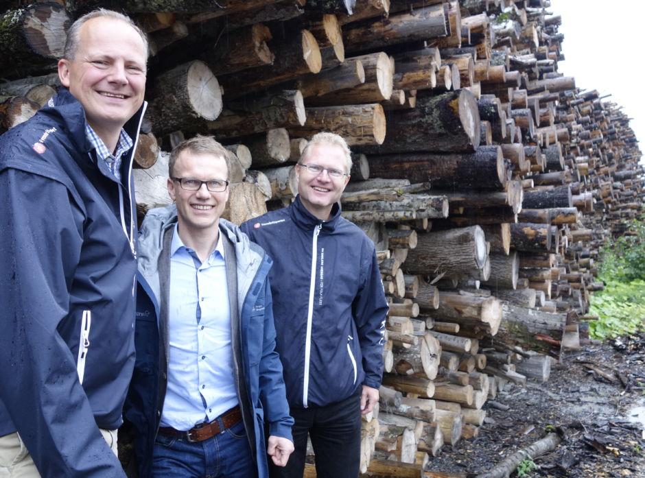 Økt effektivitet i tømmertransporten kan gjøre store og viktige skogarealer lønnsomme å drive.  Samferdselsminister Ketil Solvik-Olsen (t.v.), administrerende direktør i Norges Skogeierforbund Erik Lahnstein og stortingsrepresentant (FrP) Tor Andre Johnsen.