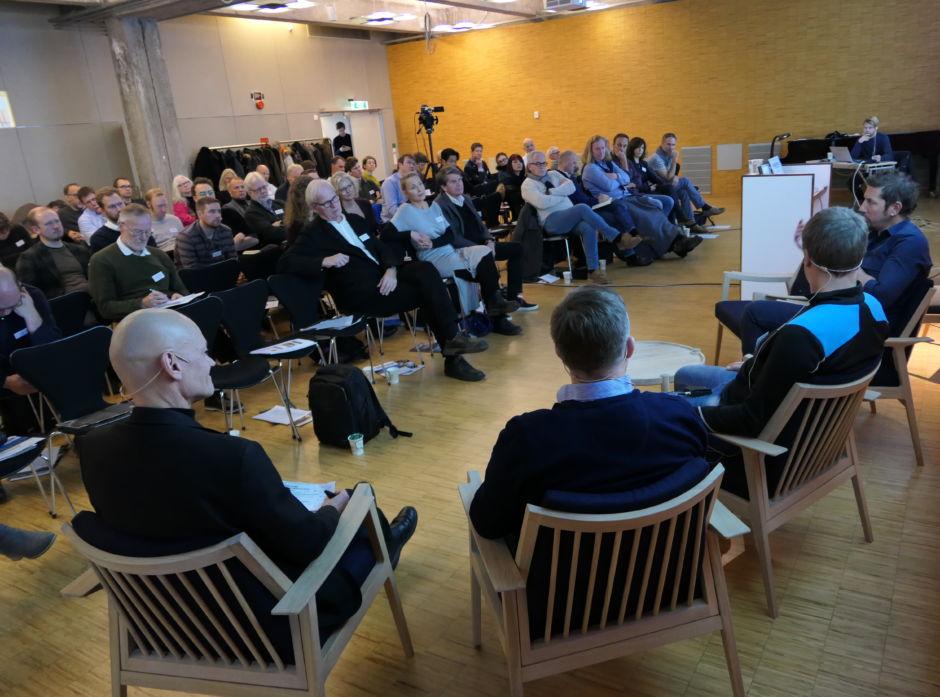 Tett program på årets Trearkitekturkonferanse. Her et panel bestående av: Aasmund Bunkholt (vert), Jacob Trøan fra Alvdal Skurlag, Tor-Olav Lierhagen fra Moelven og Dan Zohar fra Haugen/Zohar arkitekter.