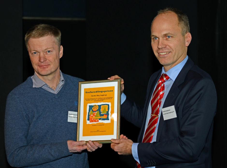 Norske Skog Saugbrugs vant Treforedlingsprisen 2017. Den ble mottatt av utviklingssjef Gudmund Jenssen (t.v.) og Patrik Axelsson, som er leder av forbedringsprogrammet F18,