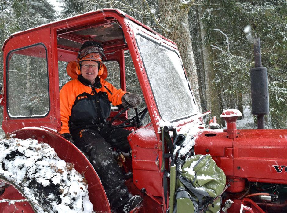 Øystein Grønnerød mener det er god rekreasjon å  holde på i egen skog. Han får også fin skog og god økonomi av å stelle og passe på skogen sin selv, mener han.