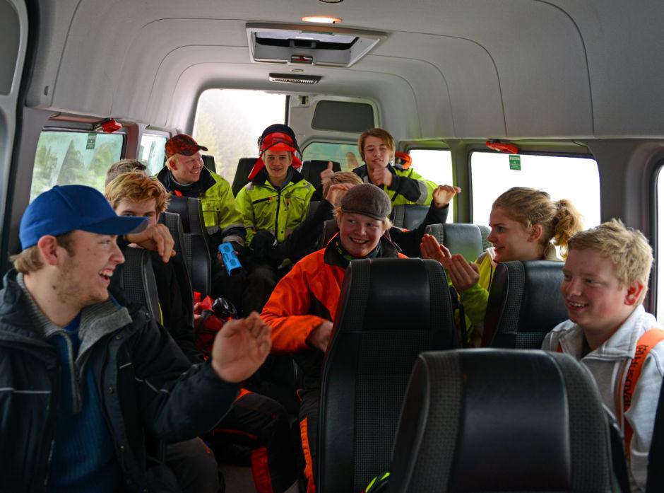 Det er høy stemning og allsang i minibussen fra Lena-Valle når skogbrukselevene er på vei ut i skogen.
