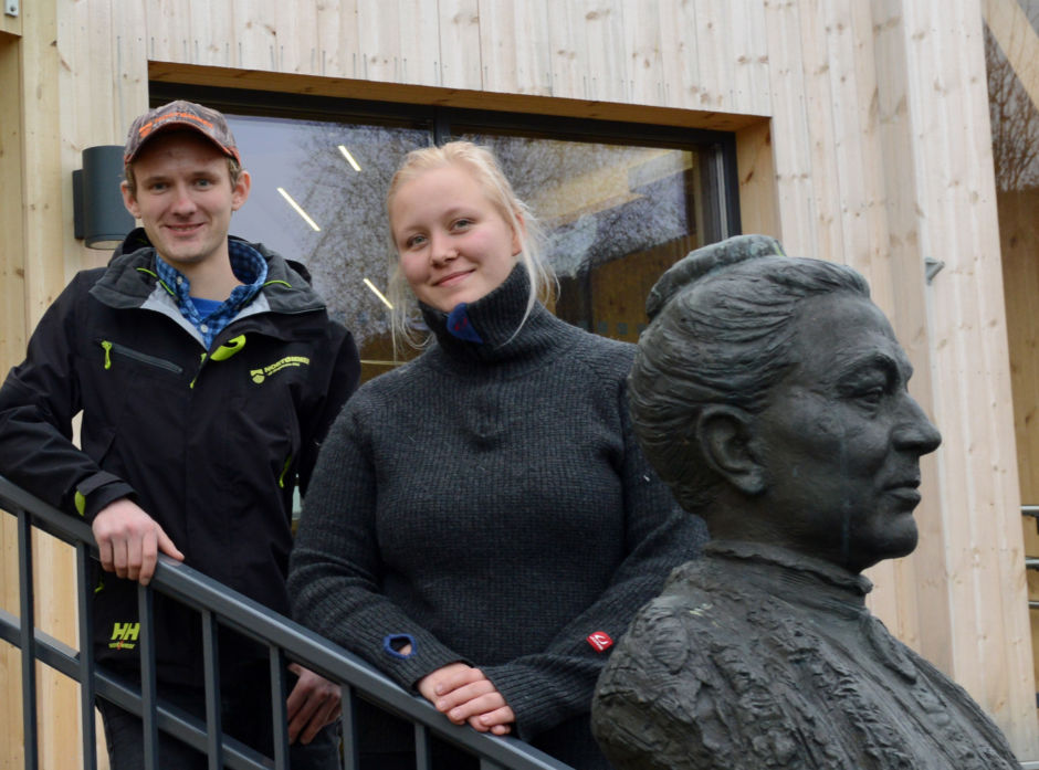 Martin Storberget og Ronja Fyhn Foros har funnet seg godt til rette på Campus Evenstad. De er begge godt fornøyd med skogbruksutdanningen på Høgskolen i Innlandet.