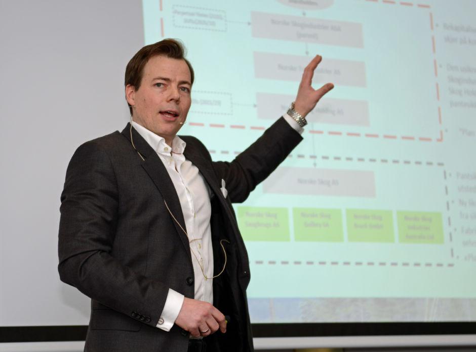 Konsernsjef Lars Sperre i Norske Skog AS, forklarer om situasjnen i selskapet på et skogeiermøte i Viken Skog.
