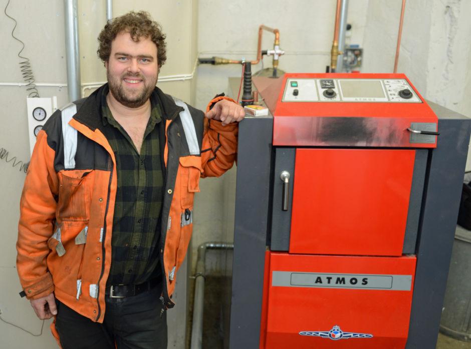 Martin Tronslien vurderte både å bore etter varme og å installere solcellepanel på låvetaket, men valgte til slutt å installere en vedfyr i et eget fyrhus på låven.