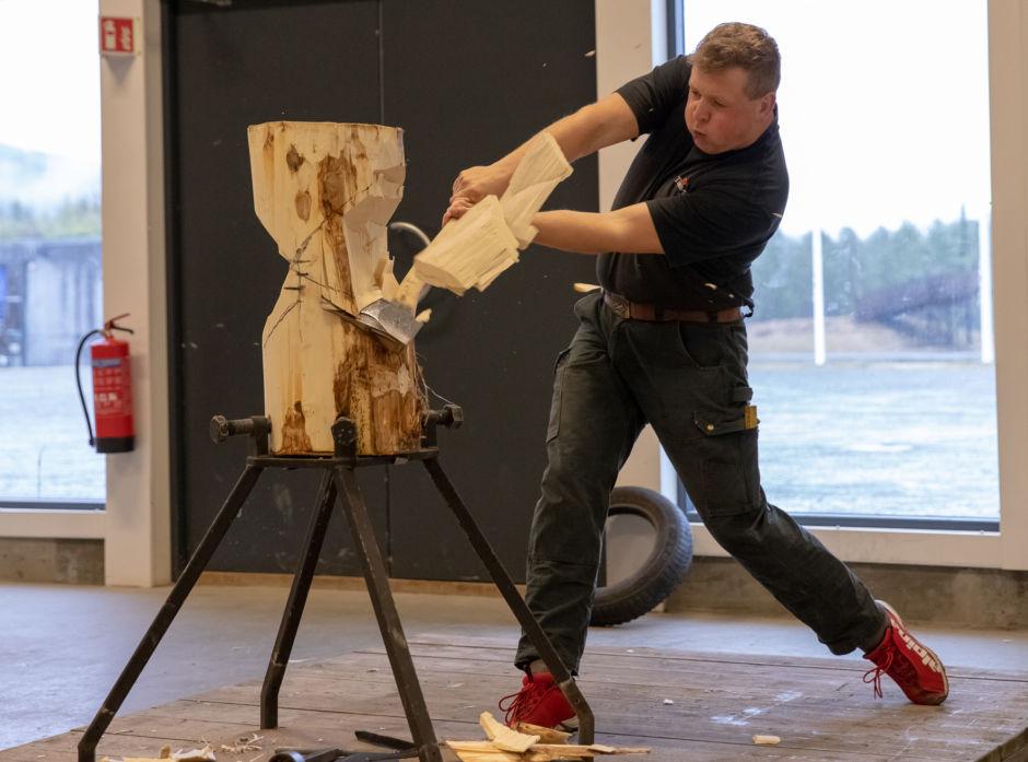 Jon Arne Borg Engø øver på øvelsen «Standing Block Chop».