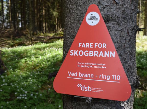 Varselplakat om fare for skogbrann.