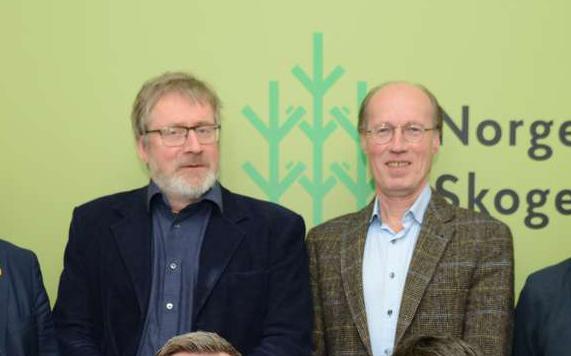 Ole Theodor Holth er styreleder i Glommen Skog og Terje Uggen i Mjøsen Skog. Nå tar de to andelslagene sikte på fusjon. Foto: Åsmund Lang