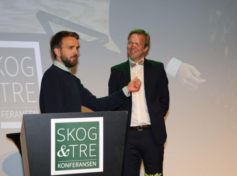 Jan Christian Vestre fra møbelprodusenten Vestre fremsnakket bruken av tre. Her i samtale med Ole André Sivertsen, programleder under årets Skog og Tre.