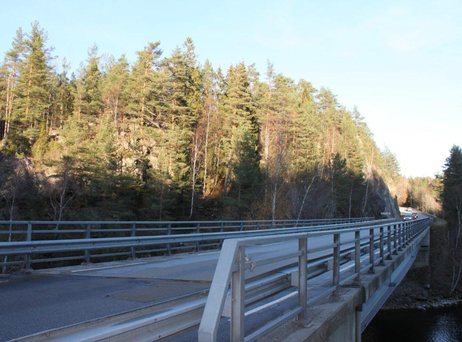Steinsbrua i Aremark har vært en stor flaskehals for skognæringa. Nå er den forsterket.