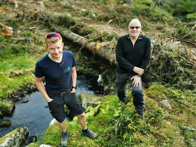 Skogsentreprenør Bjørn Vegard Lierhagen (t.v) og almenningsbestyrer Mathias Neraasen (t.h) foran ei kjørebru. Foto: Silje Ludvigsen